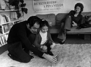 Calvino con la figlia Giovanna da piccola e la moglie Chichita